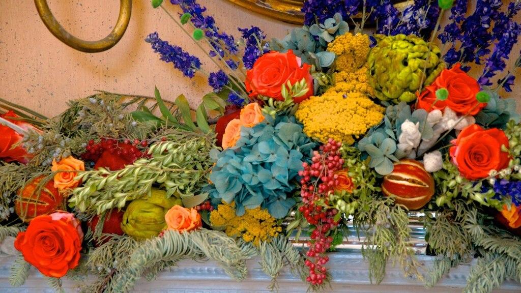 Joseph Manigault House caracterizando flores e um memorial