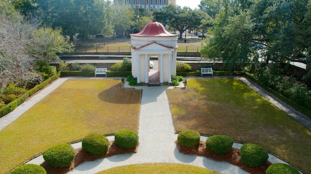 Joseph Manigault House mostrando arquitetura de patrimônio, um jardim e uma casa