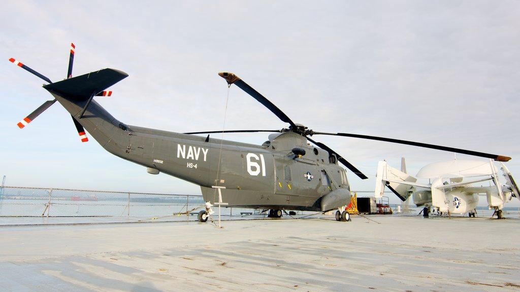 USS Yorktown caracterizando aeronave e itens militares