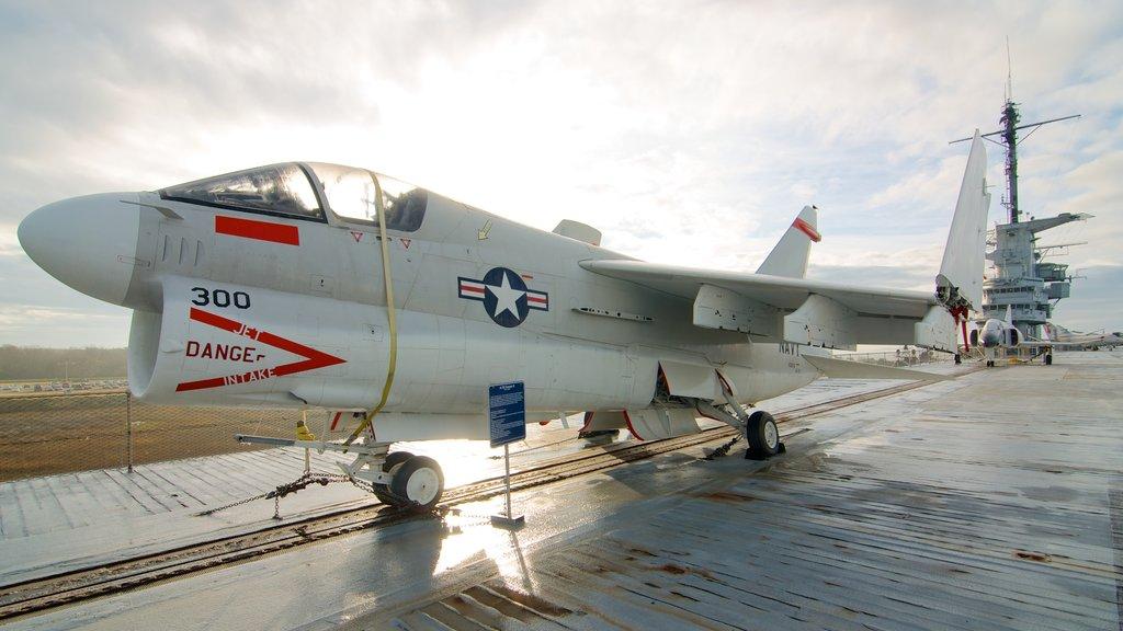 USS Yorktown caracterizando aeronave