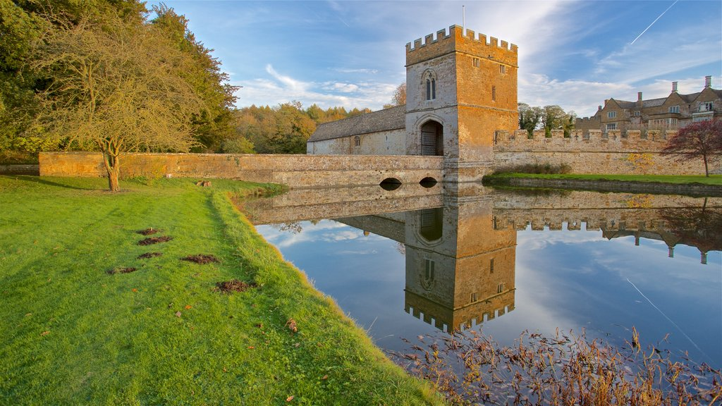Broughton Castle which includes chateau or palace, heritage architecture and a lake or waterhole
