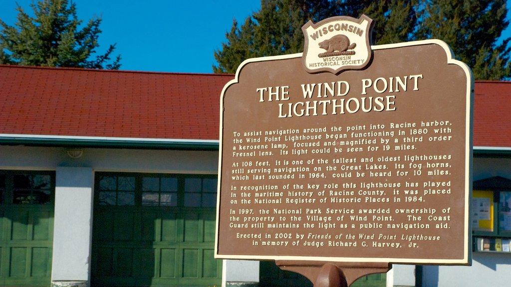 Wind Point Lighthouse que incluye patrimonio de arquitectura, señalización y un faro