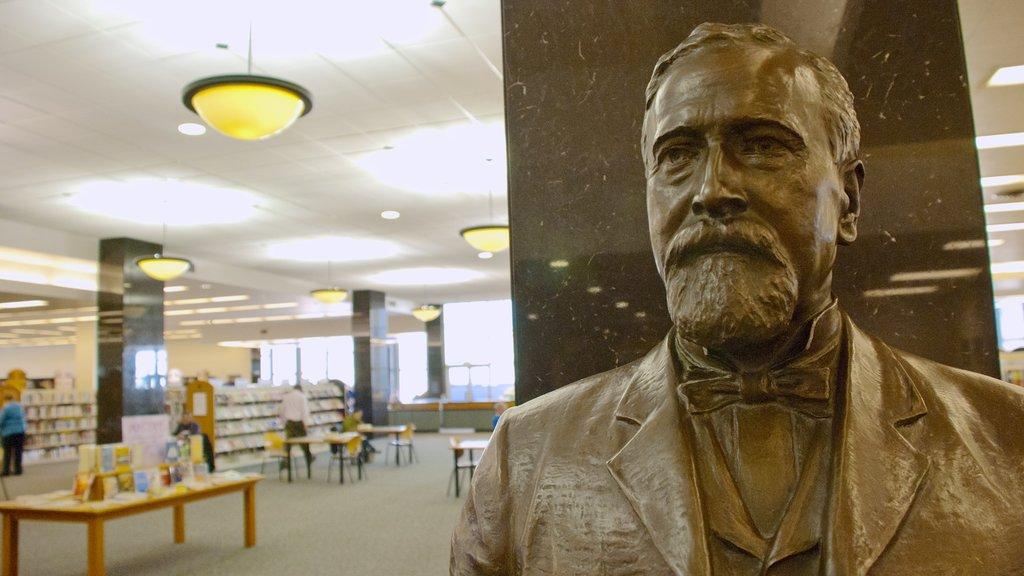 Biblioteca pública de Milwaukee ofreciendo vistas interiores y una estatua o escultura