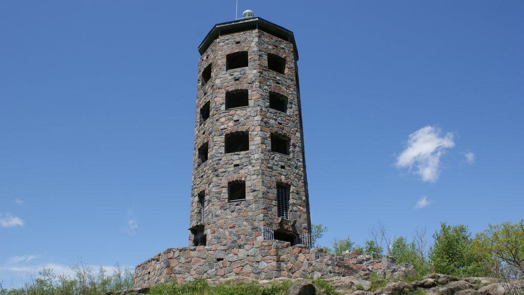 Duluth mostrando un faro y patrimonio de arquitectura