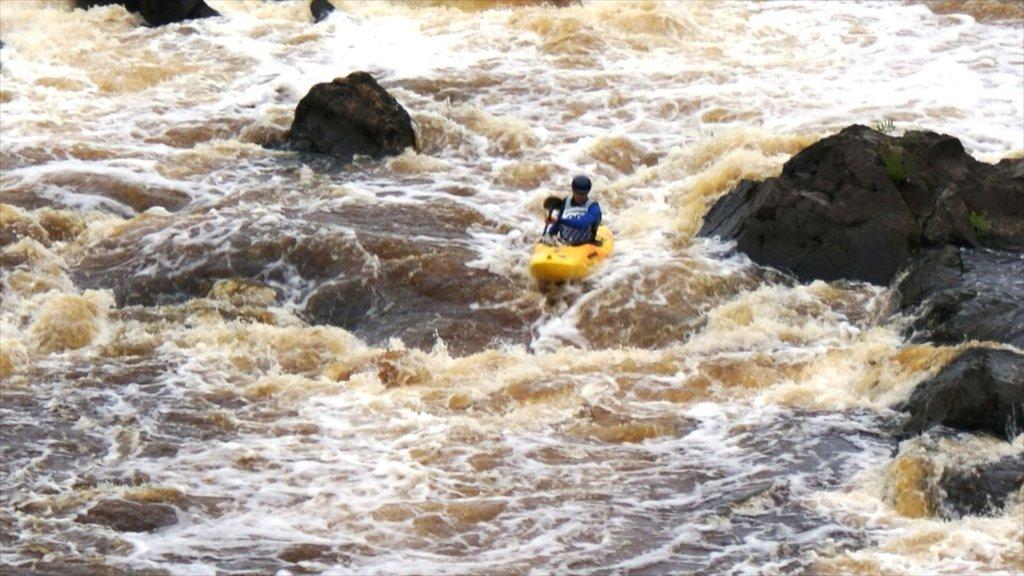 Duluth ofreciendo kayak o canoa y rápidos y también un hombre