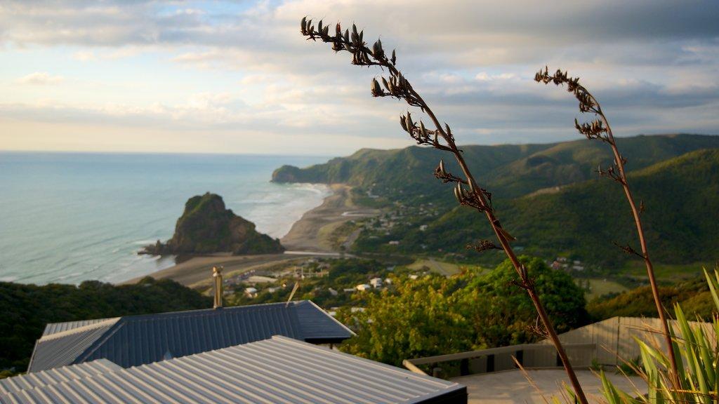 Piha Beach ofreciendo montañas, vistas generales de la costa y vistas de paisajes