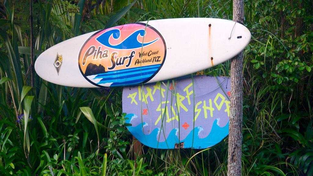 Piha Beach ofreciendo señalización
