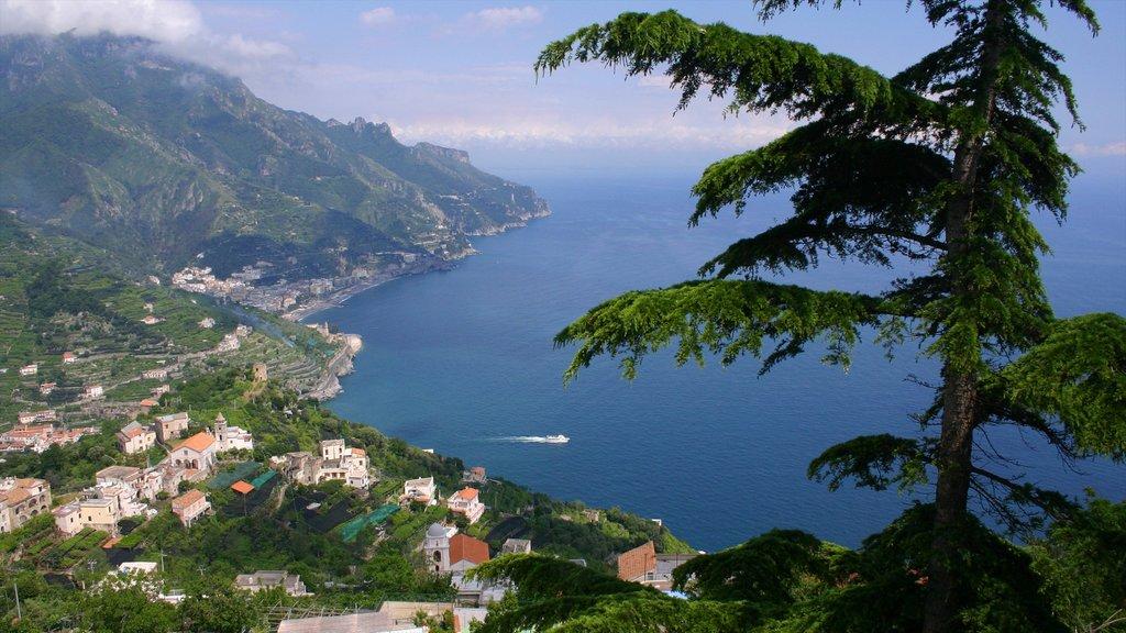 Costa de Amalfi ofreciendo una ciudad costera, montañas y vistas generales de la costa
