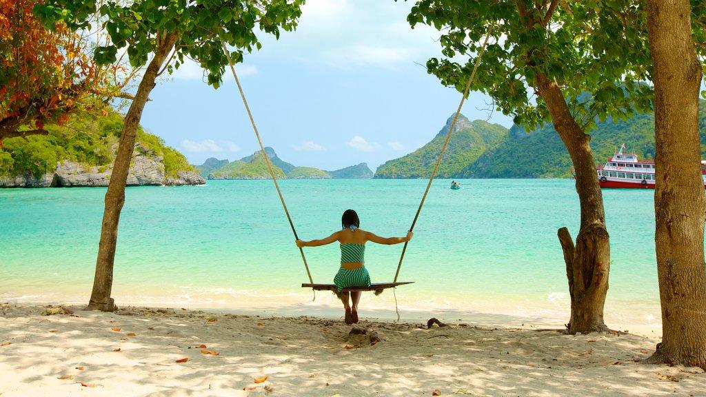 Ko Samui que incluye una playa y escenas tropicales y también una mujer