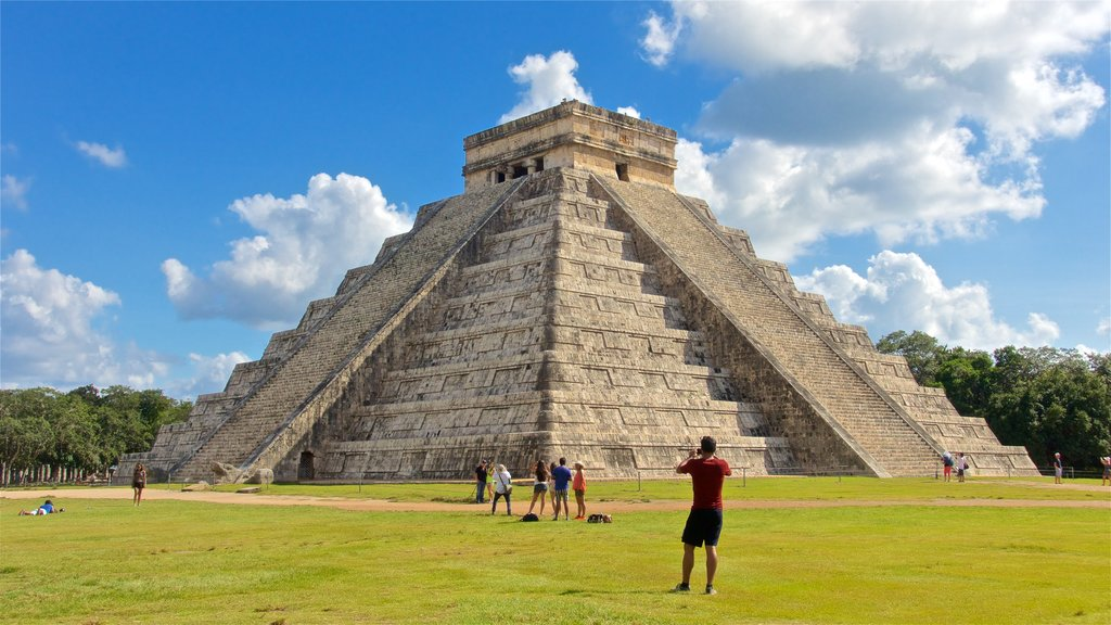 Chichen Itza showing heritage architecture as well as a small group of people