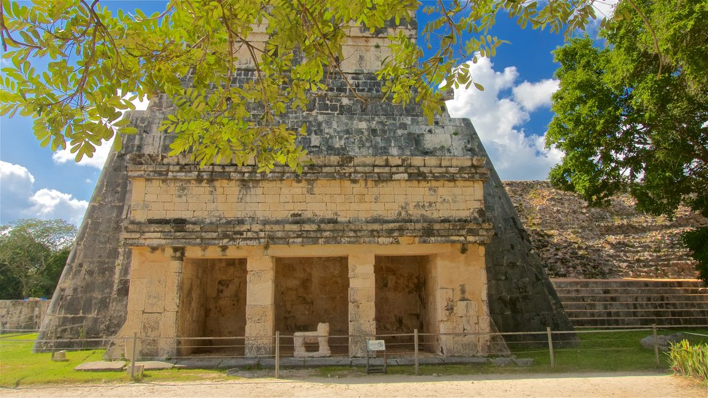 Chichen Itza which includes heritage architecture