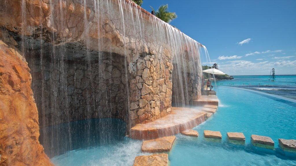 Isla Mujeres featuring a fountain