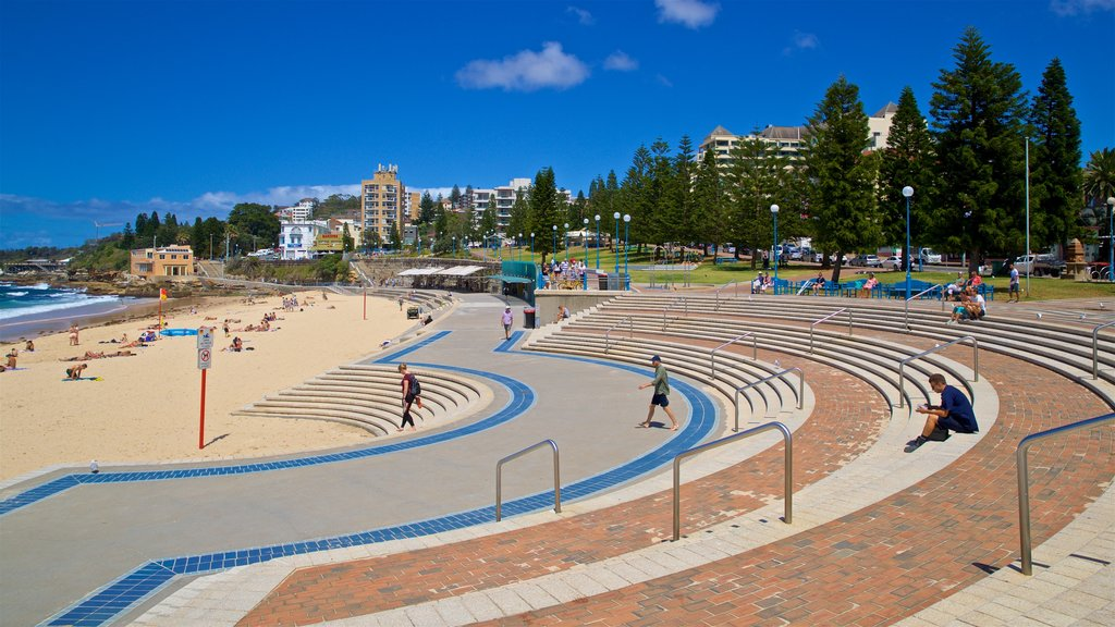 Coogee Beach which includes general coastal views