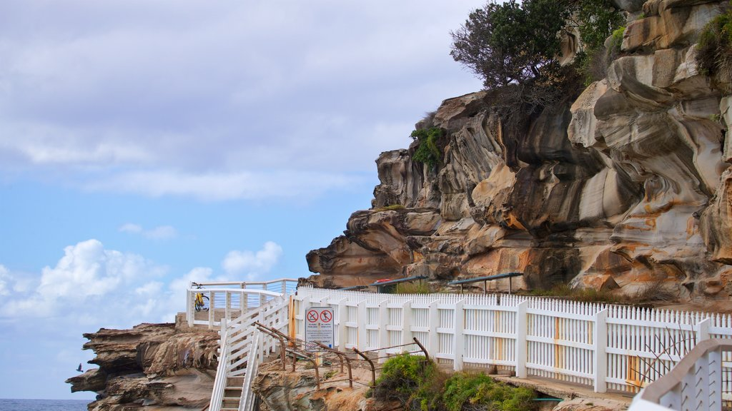 Bronte Beach showing views and rocky coastline