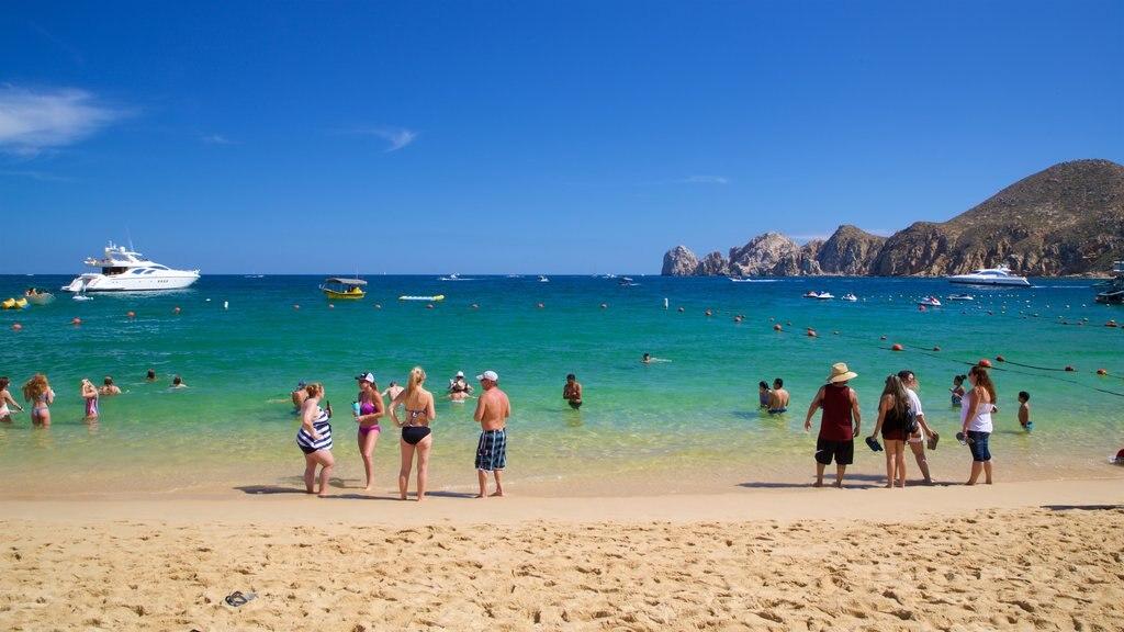 personas en las playas de Los Cabos