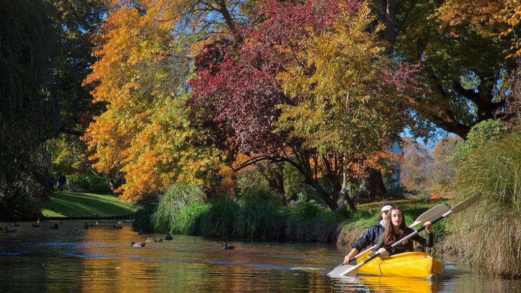 Christchurch mostrando kayak o canoa y un río o arroyo y también una pareja