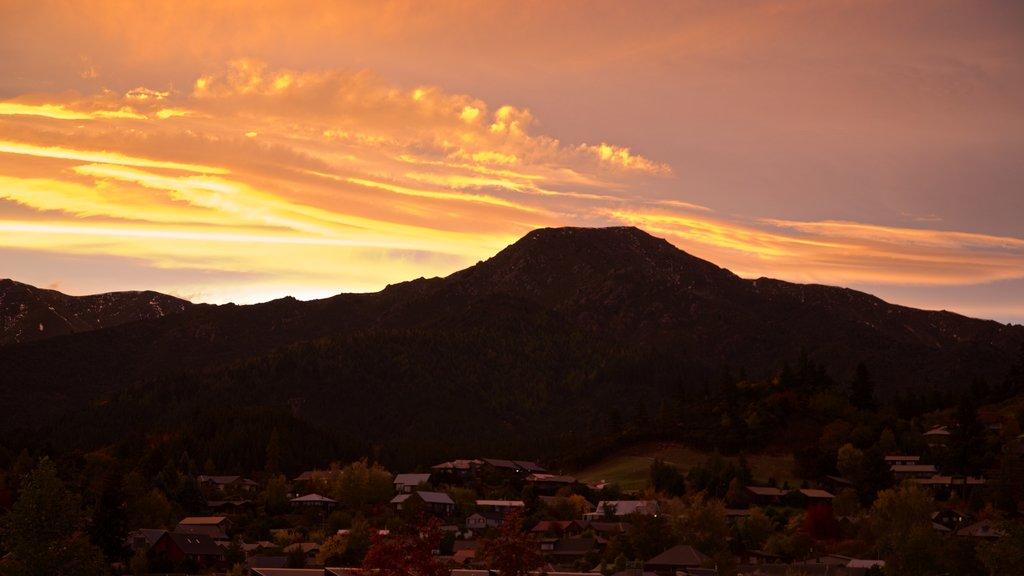 Hanmer ofreciendo montañas, una puesta de sol y vistas de paisajes
