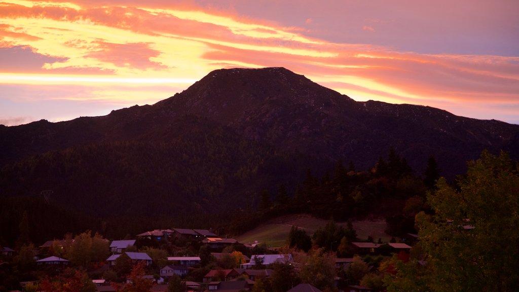 Hanmer mostrando una puesta de sol, vistas de paisajes y montañas