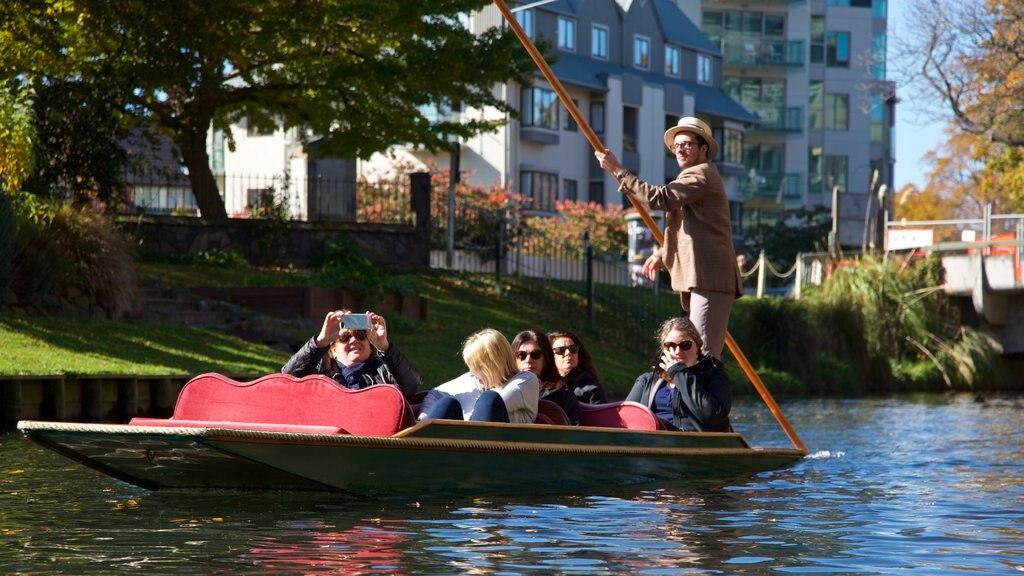 Christchurch que incluye kayak o canoa y un río o arroyo y también un pequeño grupo de personas