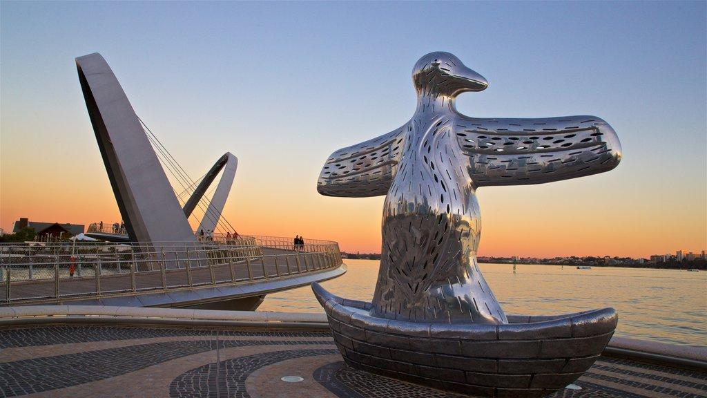 Parque Elizabeth Quay ofreciendo vistas generales de la costa, arte al aire libre y una puesta de sol