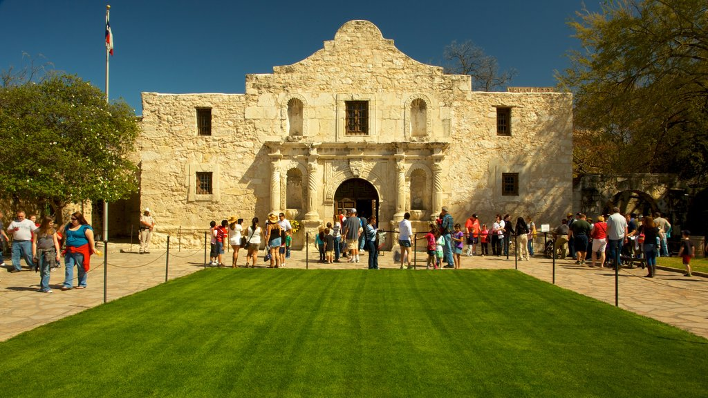Alamo featuring heritage architecture as well as a large group of people