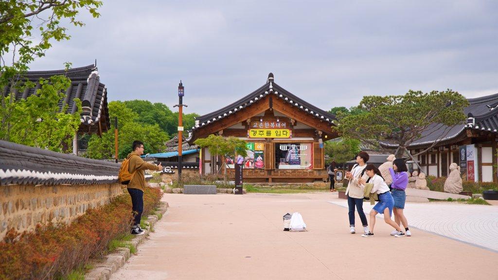 Gyeongju Gyochon qui includes petite ville ou village et patrimoine historique aussi bien que petit groupe de personnes