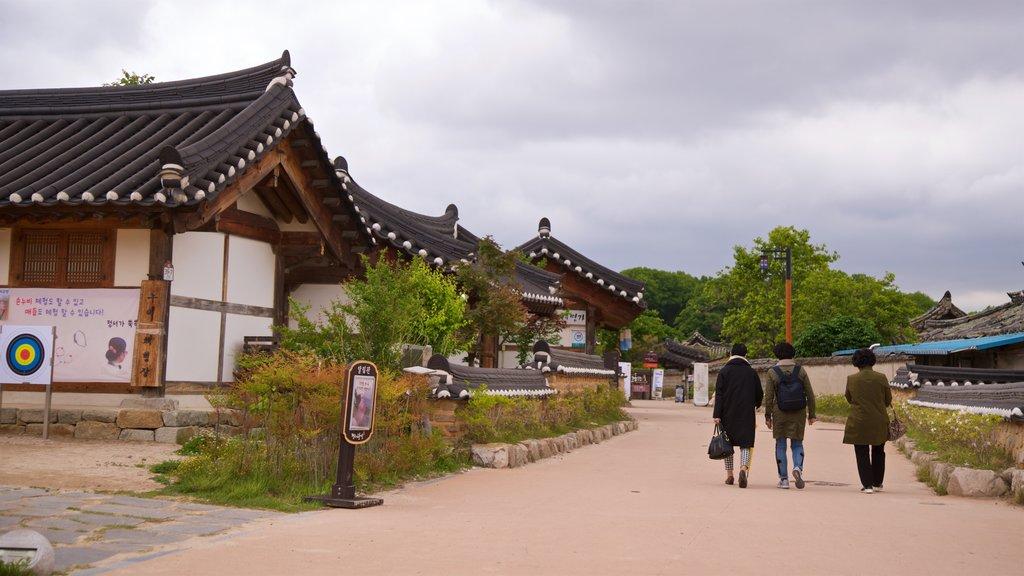 Gyeongju Gyochon mettant en vedette petite ville ou village et patrimoine historique aussi bien que petit groupe de personnes