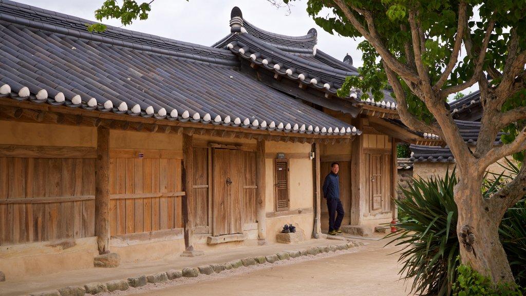 Gyeongju Gyochon montrant petite ville ou village et patrimoine historique
