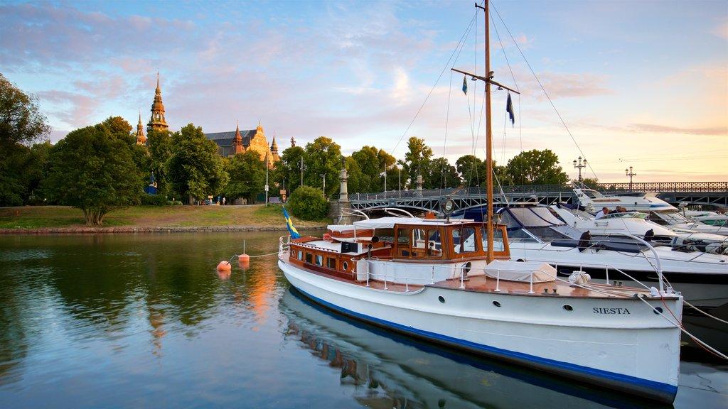 Östermalm ofreciendo una bahía o puerto y una puesta de sol