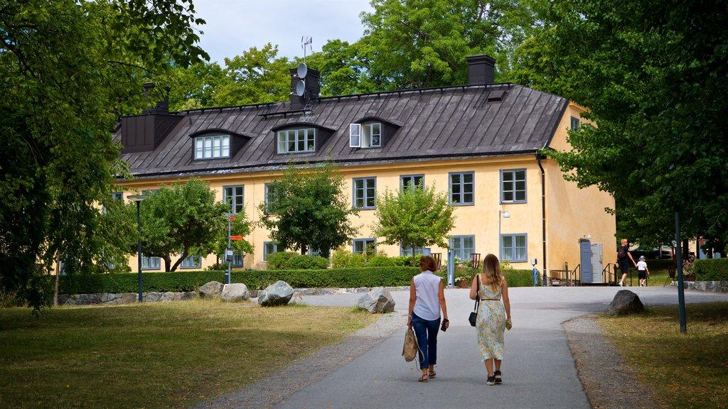 Skeppsholmen que incluye un parque y también una pareja