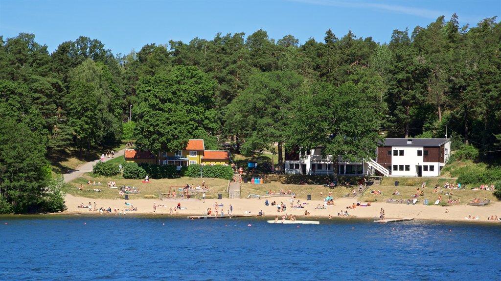 Drottningholm mostrando una playa de arena y un lago o abrevadero