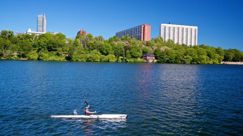 Drottningholm mostrando kayak o canoa y un lago o abrevadero y también una mujer