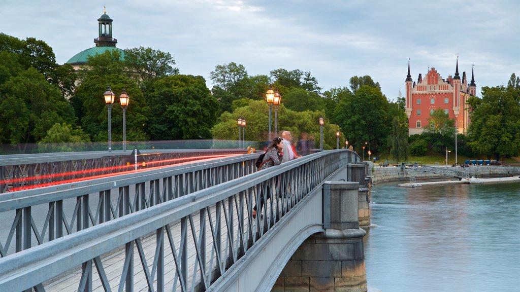 Skeppsholmen mostrando un río o arroyo y un puente y también una mujer