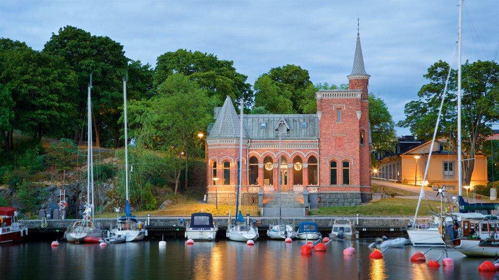 Skeppsholmen mostrando una iglesia o catedral, una bahía o puerto y patrimonio de arquitectura