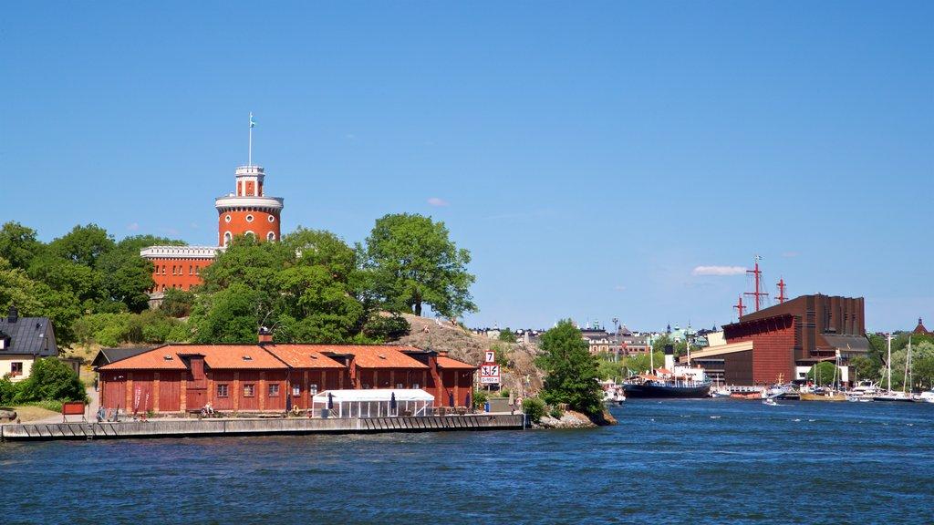 Skeppsholmen que incluye una bahía o puerto
