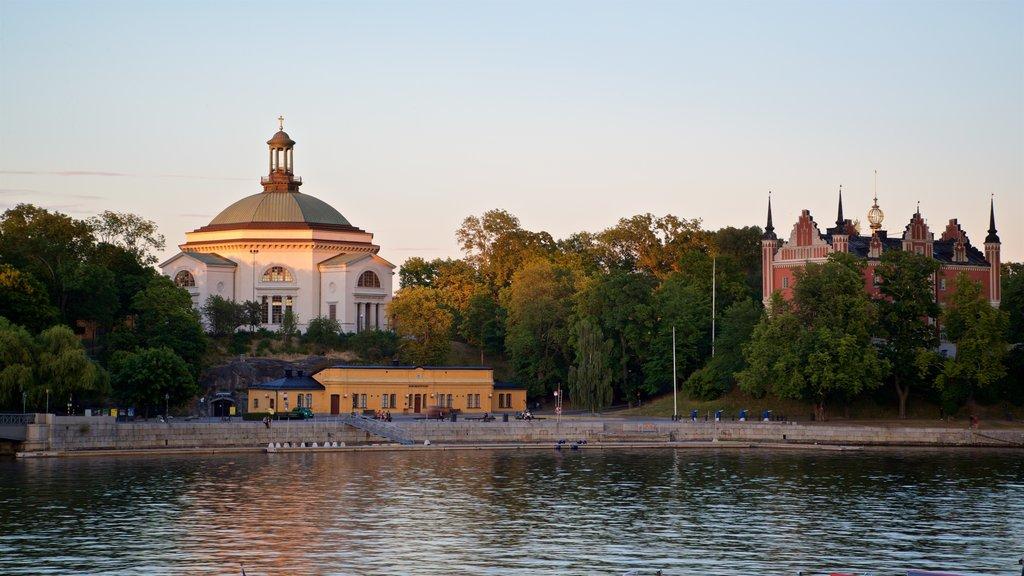 Skeppsholmen que incluye una puesta de sol, patrimonio de arquitectura y un lago o abrevadero
