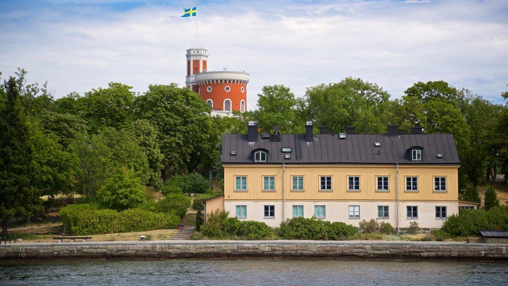 Skeppsholmen mostrando un lago o abrevadero y una pequeña ciudad o pueblo