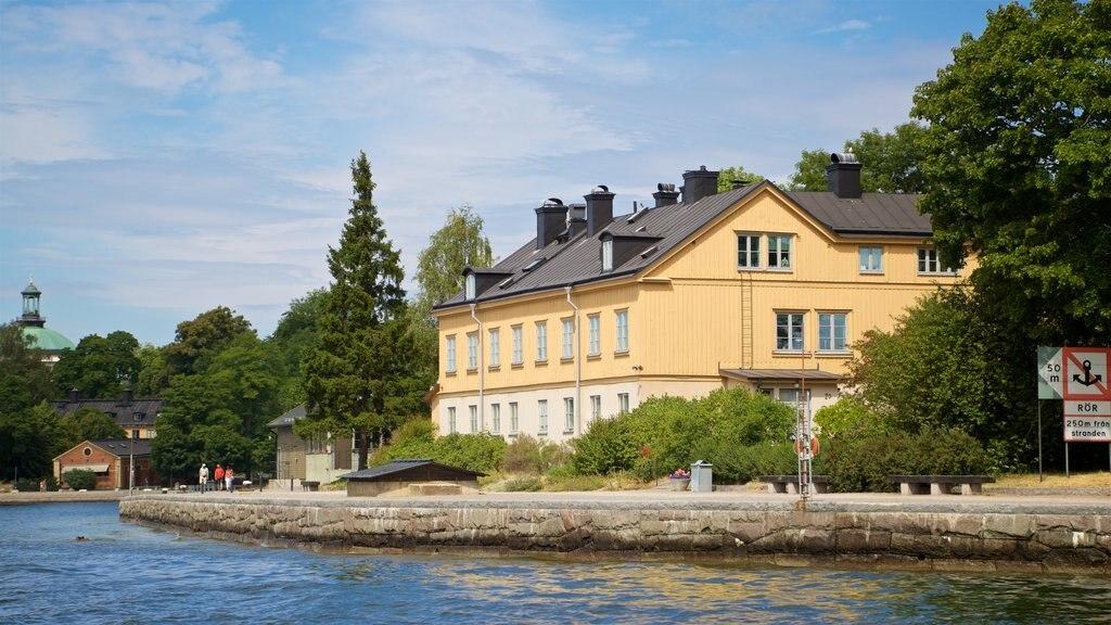 Skeppsholmen que incluye una pequeña ciudad o pueblo y un lago o abrevadero