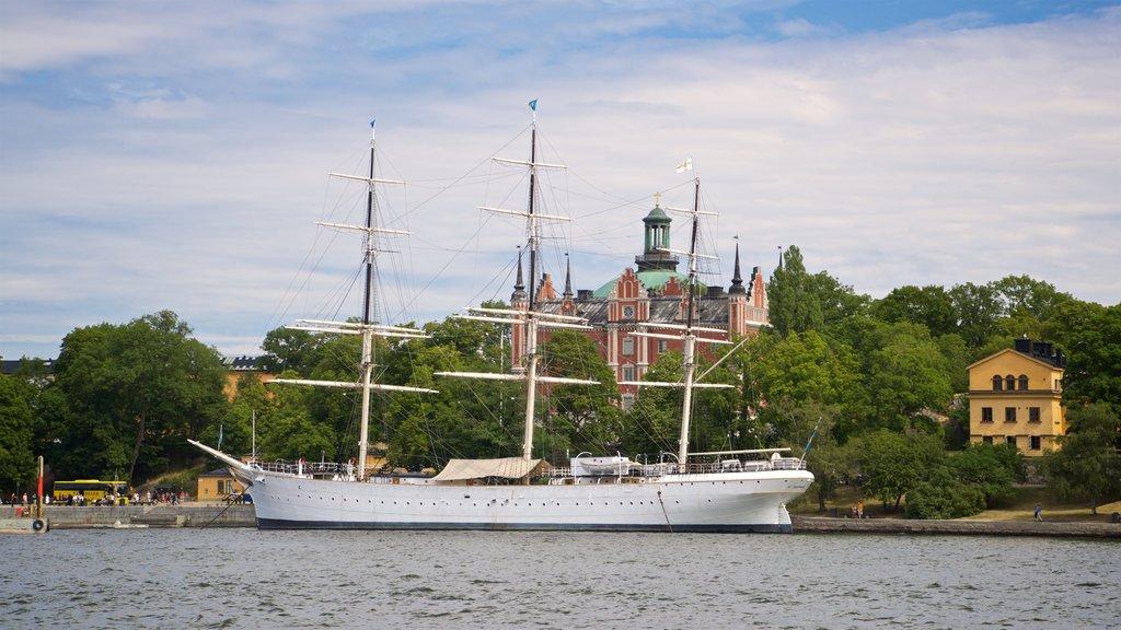 Skeppsholmen que incluye elementos del patrimonio y una bahía o puerto