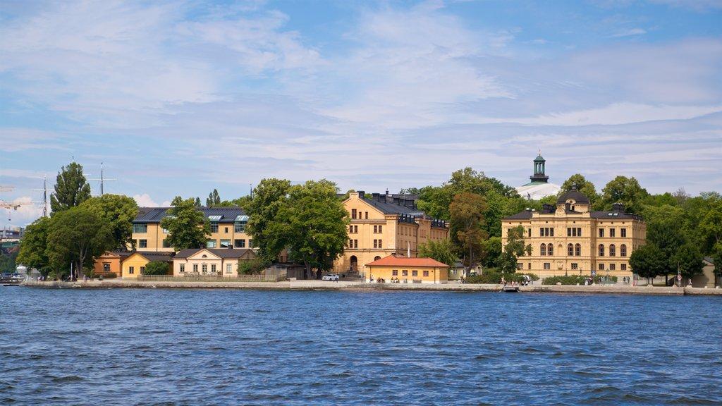 Skeppsholmen ofreciendo una pequeña ciudad o pueblo y un lago o abrevadero