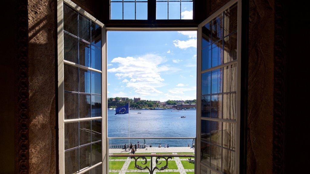 Ayuntamiento de Estocolmo ofreciendo vistas interiores y una bahía o puerto