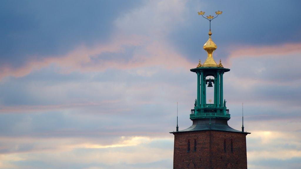 Ayuntamiento de Estocolmo ofreciendo elementos del patrimonio y una puesta de sol