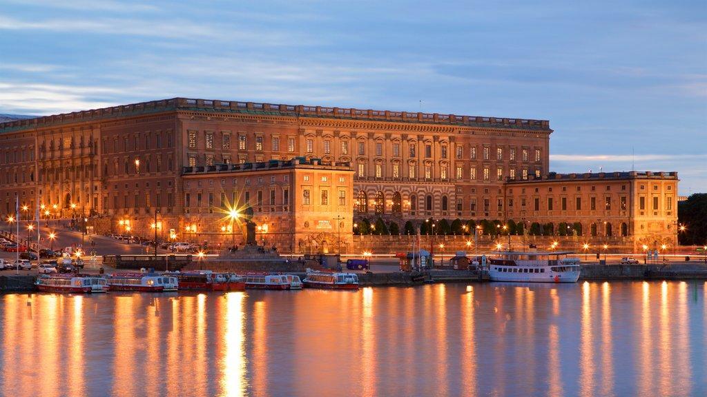 Palacio de Estocolmo mostrando una bahía o puerto y patrimonio de arquitectura