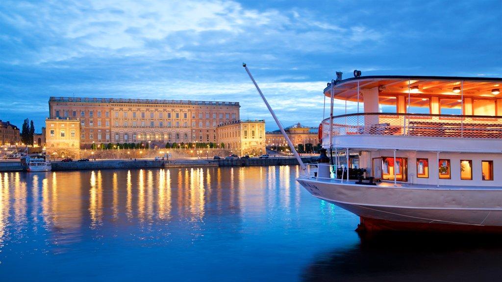 Palacio de Estocolmo ofreciendo una bahía o puerto y patrimonio de arquitectura