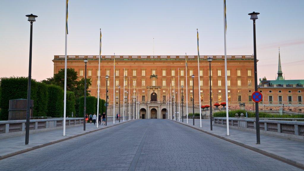 Palacio de Estocolmo ofreciendo patrimonio de arquitectura y una puesta de sol