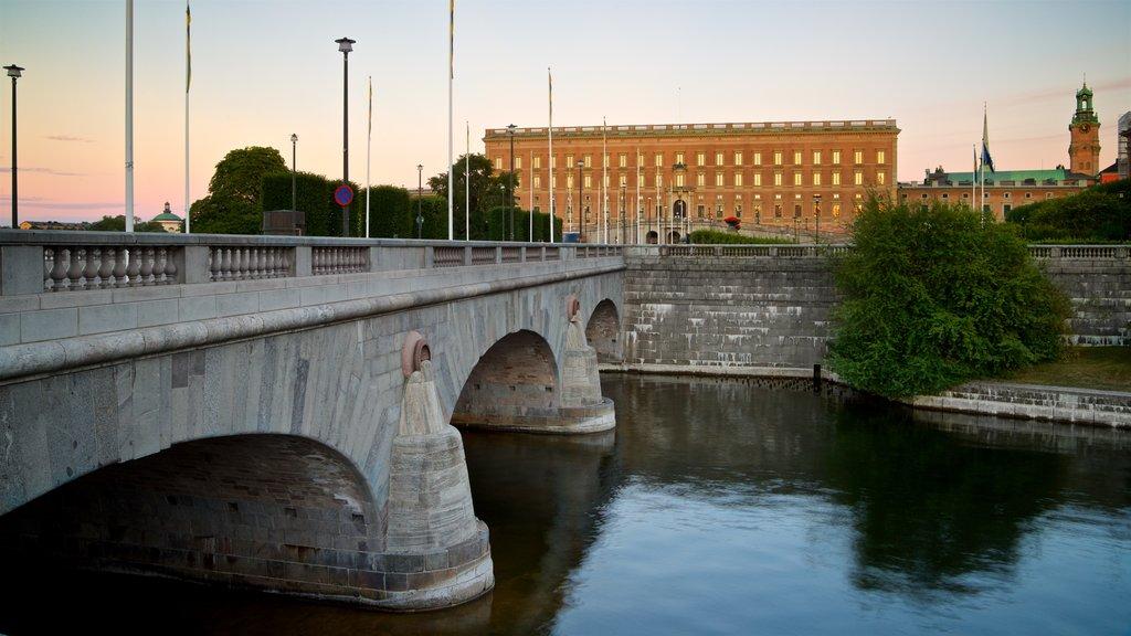 Palacio de Estocolmo que incluye un río o arroyo, una puesta de sol y un puente