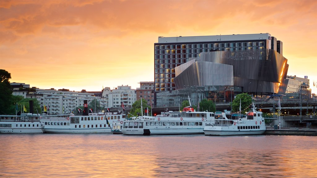 Centro de conferencias Stockholm City Conference Centre que incluye una bahía o puerto y una puesta de sol