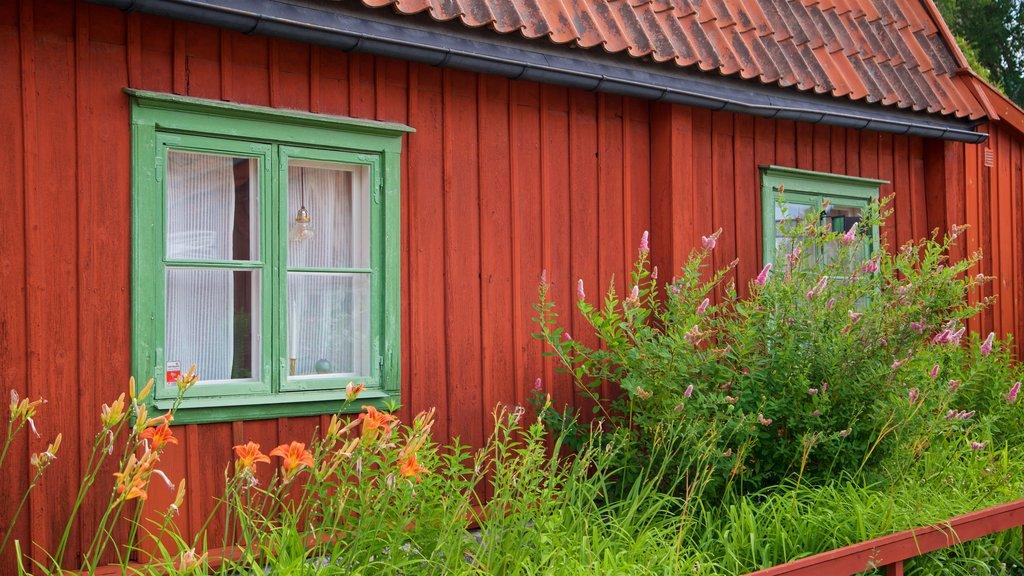 Parque Vitabergsparken mostrando una casa, flores silvestres y elementos del patrimonio