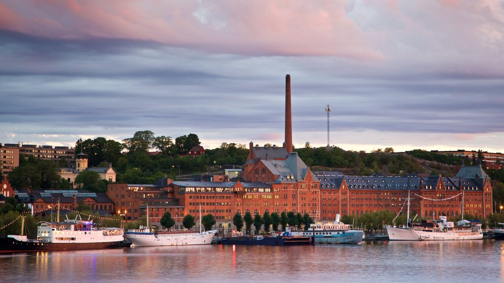 Riddarholmen ofreciendo una ciudad, una bahía o puerto y una puesta de sol