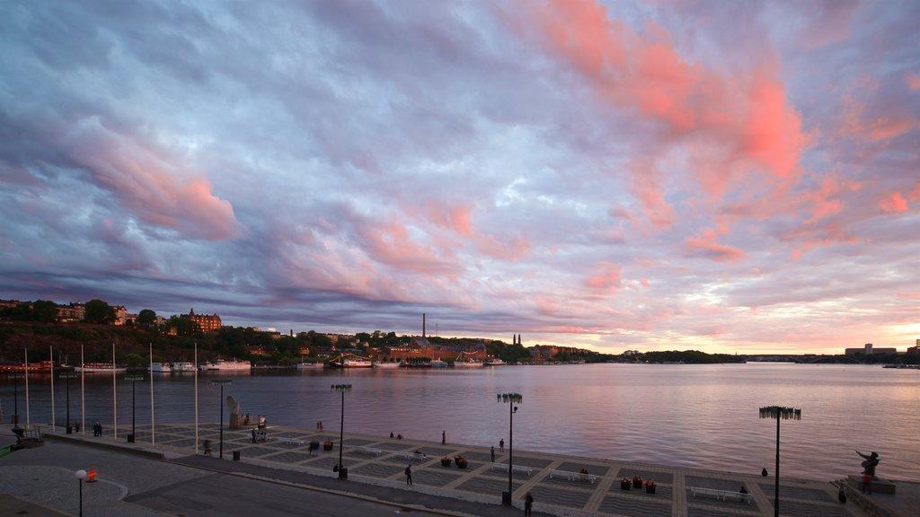Riddarholmen que incluye una puesta de sol y una bahía o puerto